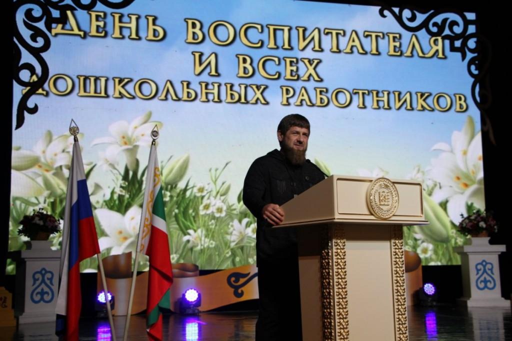 V_Groznom_otmetili_Den__vospitatelya_i_vsekh_doshkol_nykh_rabotnikov_-1-_w1200_h800